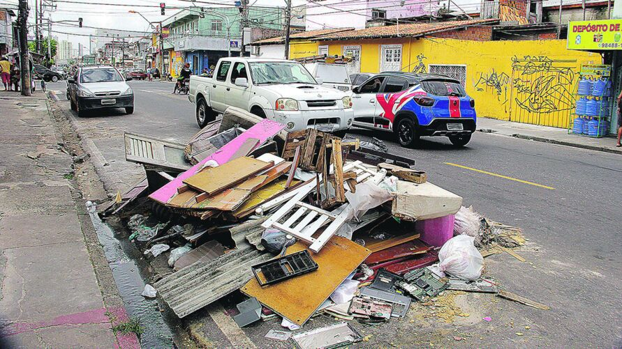 Equipe do DIÁRIO percorreu os bairros da Pedreira e do Marco e encontrou um cenário de lixo e entulhos de todos os tipos espalhados