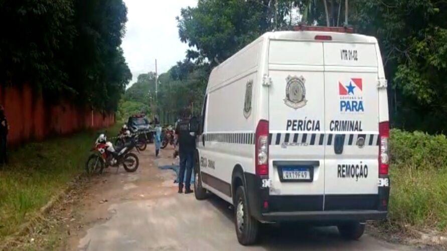 O corpo estava coberto com duas lonas e foi encontrado por um casal de moradores que passavam pela rua e acionaram a polícia.
