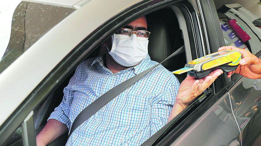 A família do dentista Fabiano Oliveira tem dois carros em casa, mas ultimamente usa apenas um