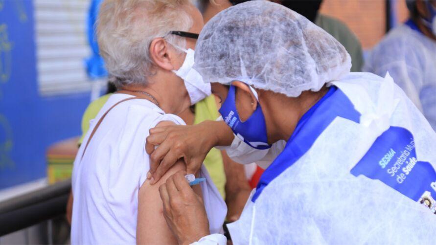 Para receber a vacina, as pessoas devem apresentar RG, CPF e comprovante de residência.