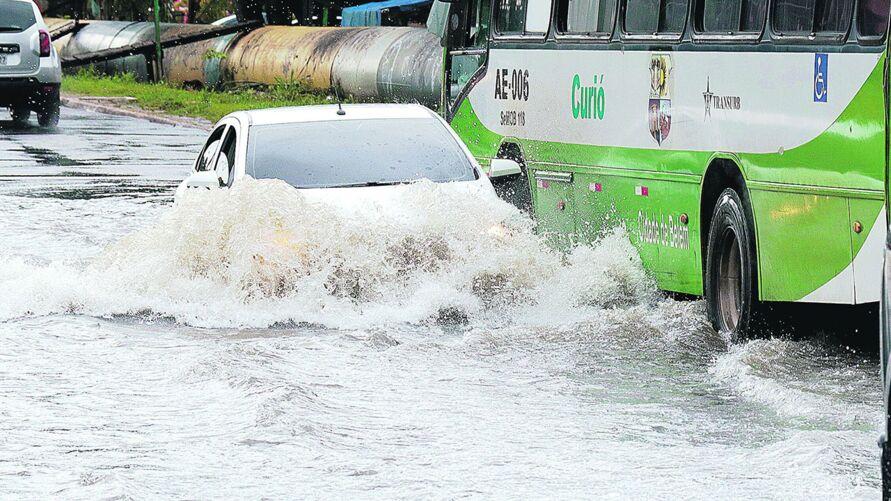Áreas alagadas podem esconder armadilhas e água pode acabar com o motor
