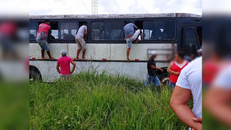 Um homem e dois adolescentes foram encontrados amarrados dentro de um ônibus abandonado.