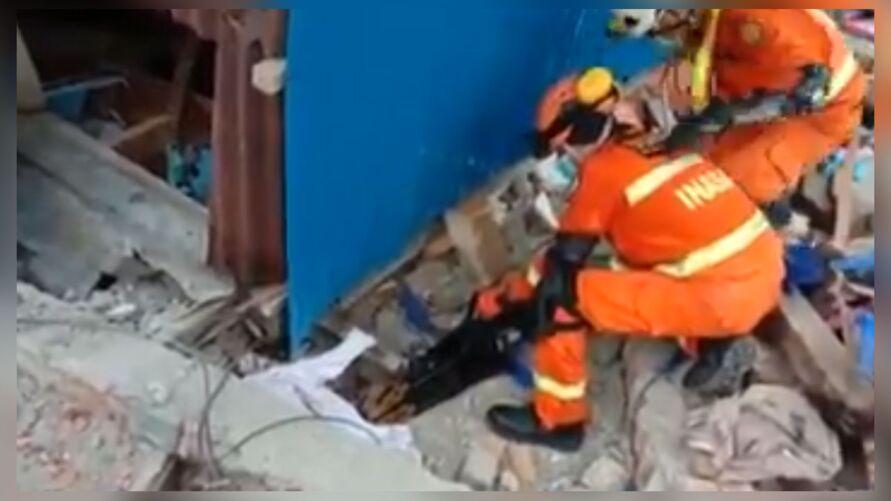 Mais de 300 casas, além de dois hotéis e a residência oficial de um governante regional, sofreram danos significativos nas cidades de Mamuju e Majene.
