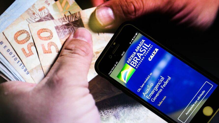O calendário do auxílio emergencial foi organizado em seis ciclos de crédito em conta poupança social digital e de saque em espécie, de acordo com o mês de nascimento.