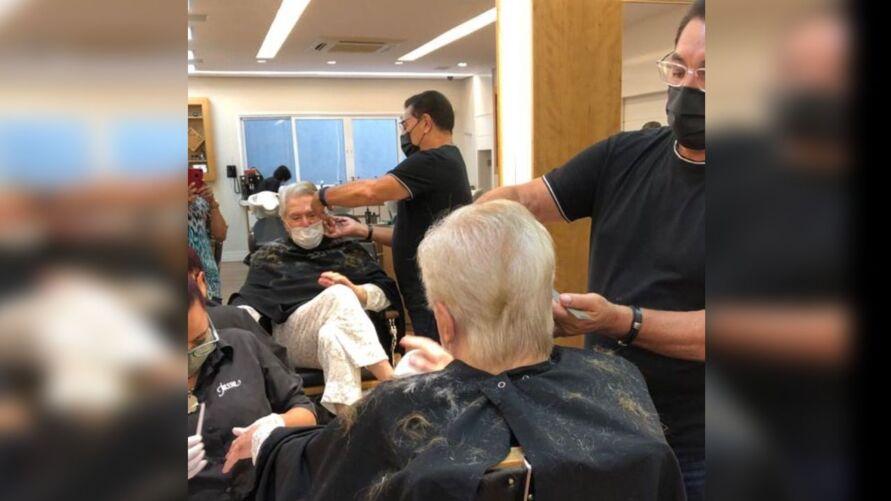 Silvio Santos deu adeus aos fios brancos e apareceu com o cabelo pintado.