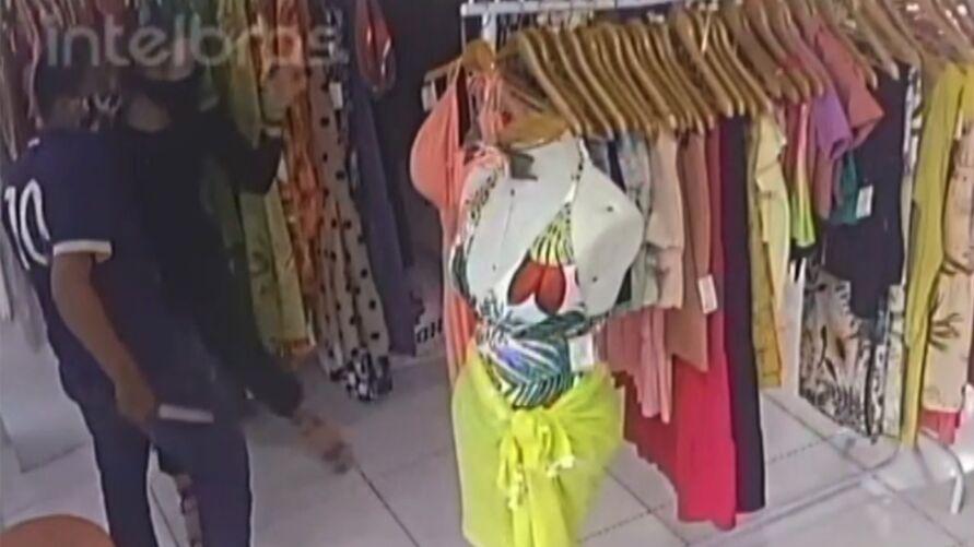 Toda a ação do criminoso foi registrada por câmeras de segurança do interior da loja.