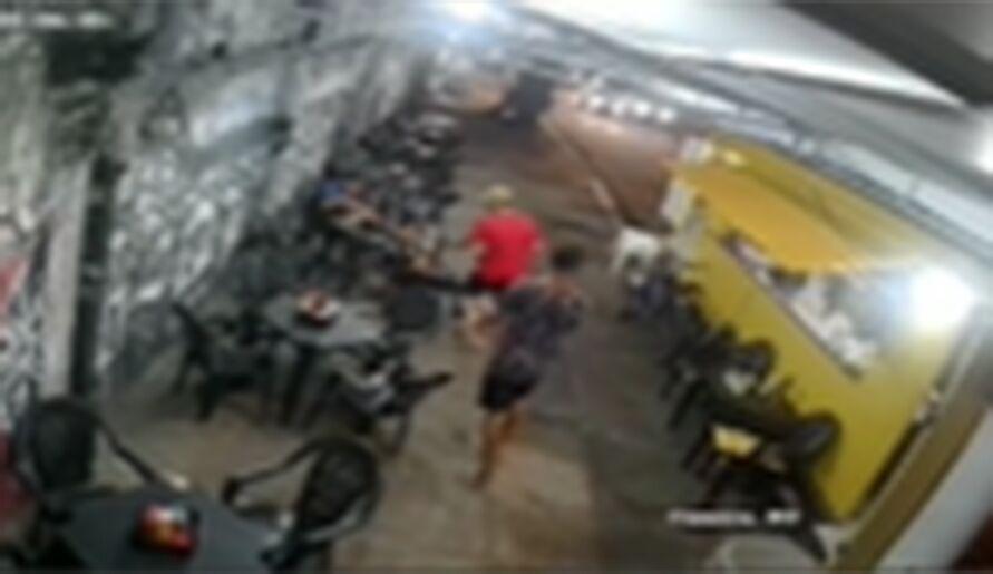 Bandidos aproveitam momento de distração, roubam celular de cliente e renda da lanchonete