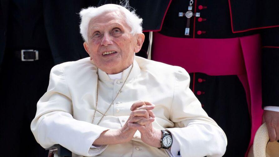 Imagem ilustrativa da notícia: Depois de Papa Francisco, Bento 16 toma primeira dose de vacina