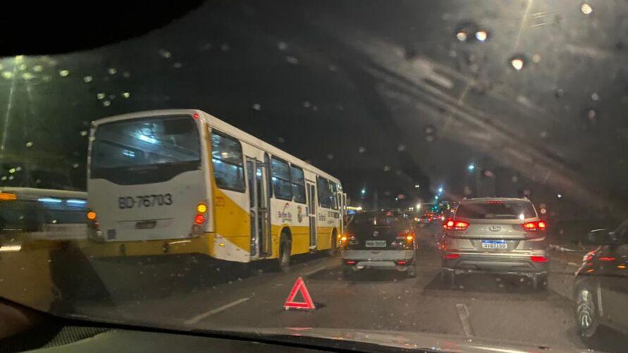 Os veículos ficaram parados na pista, congestionando o trânstito.