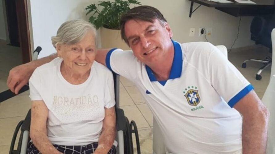 Imagem ilustrativa da notícia: Mãe de Bolsonaro recebe a segunda dose da vacina contra a Covid-19
