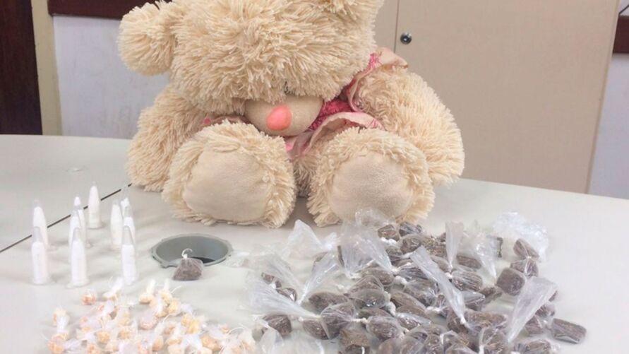 Imagem ilustrativa da notícia: Primos são presos com drogas escondida dentro de urso de pelúcia