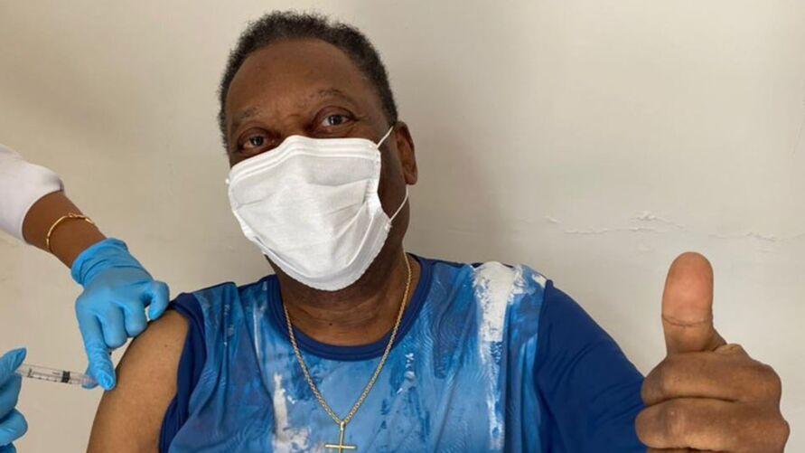 Imagem ilustrativa da notícia: Pelé toma vacina contra a covid-19 e deixa mensagem. 'pandemia não acabou'