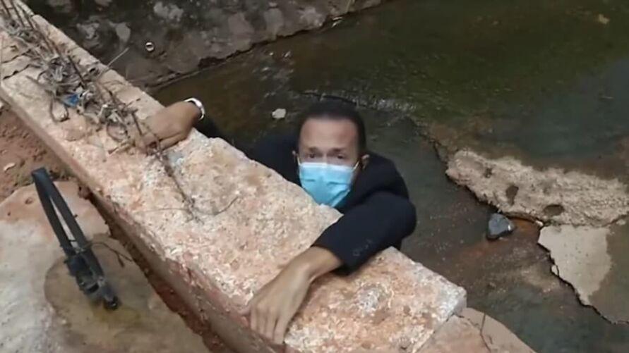 Imagem ilustrativa da notícia: Jornalista da Record cai de ponte durante reportagem ao vivo, veja o vídeo!
