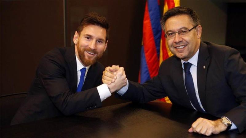 Jospe Maria Bartomeu ao lado do craque Lionel Messi.