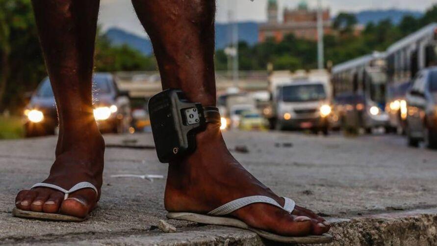 Imagem ilustrativa da notícia: Ambulante é flagrado vendendo tornozeleira eletrônica dentro de coletivo. Veja o vídeo