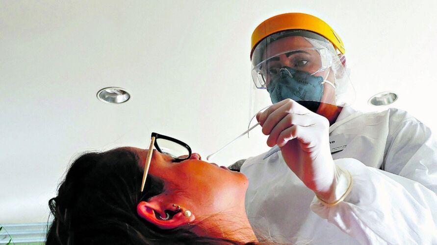 Os procedimentos para detectar o novo coronavírus chegaram a custar R$ 600 no início da pandemia