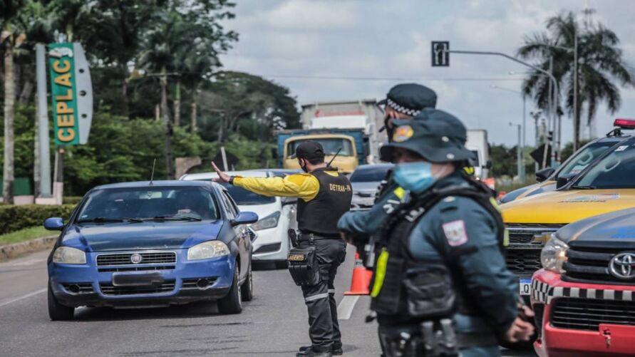 Agentes de segurança fiscalizando o cumprimento das restrições