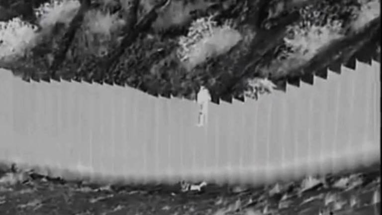 Imagem ilustrativa da notícia: Contrabandistas atiram crianças por muro de 4 metros