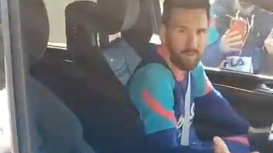 Imagem ilustrativa da notícia: Messi se irrita com fãs que o filmavam após treino do Barcelona; veja o vídeo