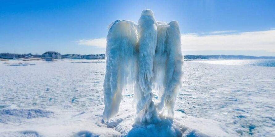 Imagem ilustrativa da notícia: 'Anjo de gelo' misterioso surge em lago e assombra moradores. Veja o vídeo!