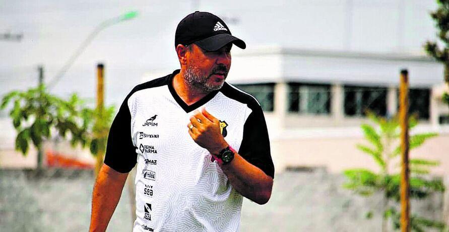 O técnico Artur Oliveira faz os últimos preparativos para o jogo contra o Volta Redonda
