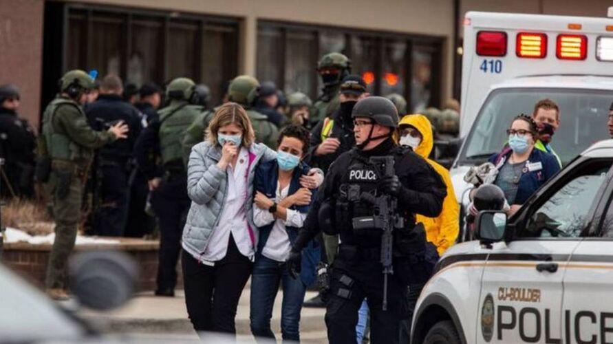 O ataque aconteceu no supermercado King Soopers da cidade, que fica 30 km a noroeste da capital do estado, Denver.