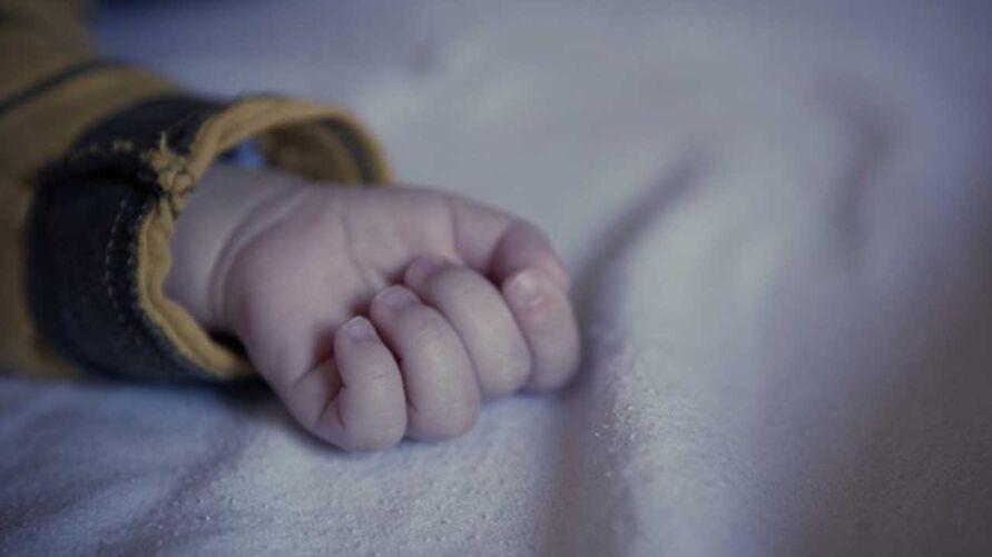 Pai, que era o responsável por cuidar das crianças enquanto a mãe trabalhava, ficou por mais de 23 horas sem ver a bebê que ele deixou coberta no berço.