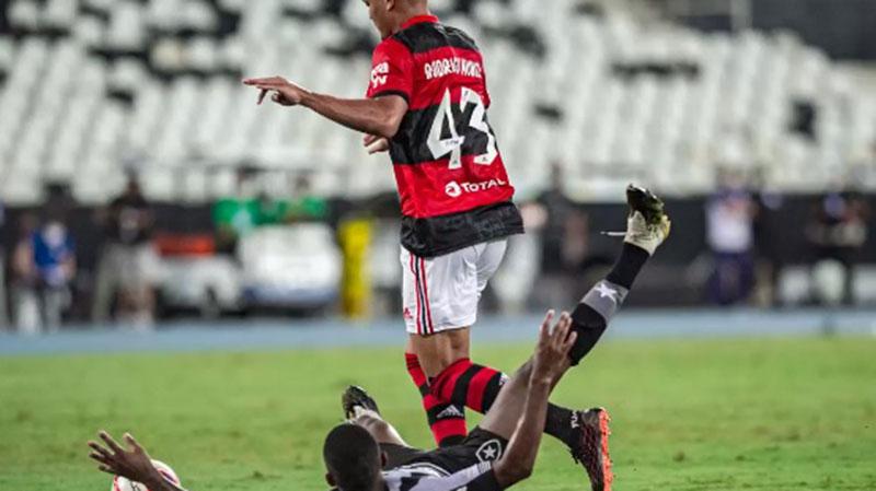 A vitória foi construída com gols de Rodrigo Muniz, artilheiro isolado da competição, e Hugo Moura