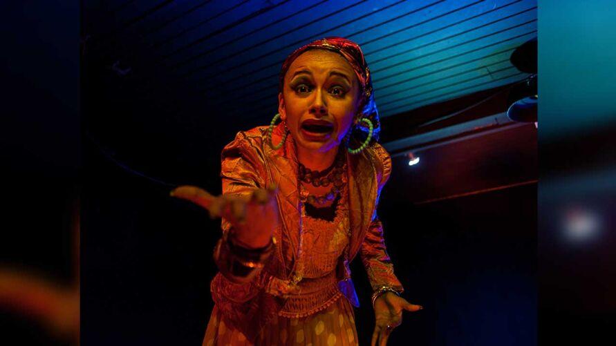 """O espetáculo """"Guiomar"""" é um solo da atriz Luana Oliveira com direção de Paulo Santana."""