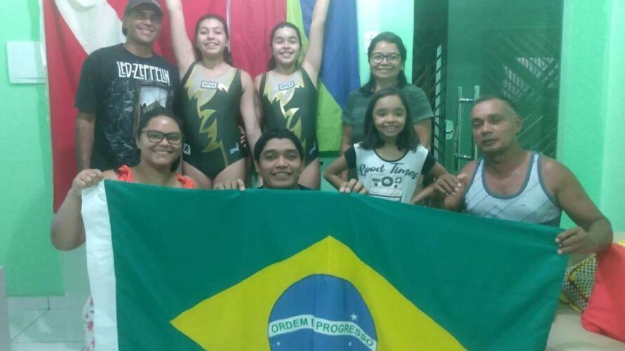As ginastas Letícia Gomes (Ouro) e Bruna Gomes (Bronze) têm incentivo da Seel. Na foto, as atletas com equipe técnica e familiares.