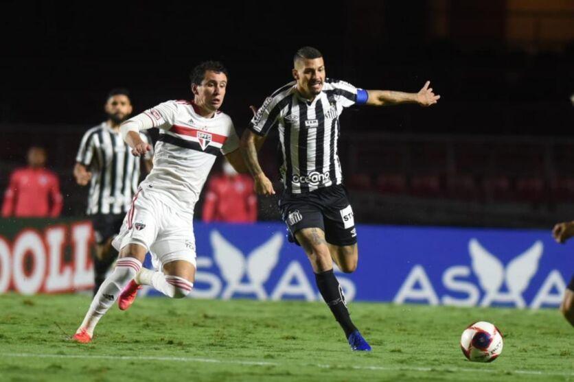 Apesar do gramado encharcado pela forte chuva na capital paulista, o São Paulo marcou 4 a 0 no Santos.