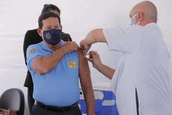 Mourão recebeu a primeira dose da vacina Coronavac