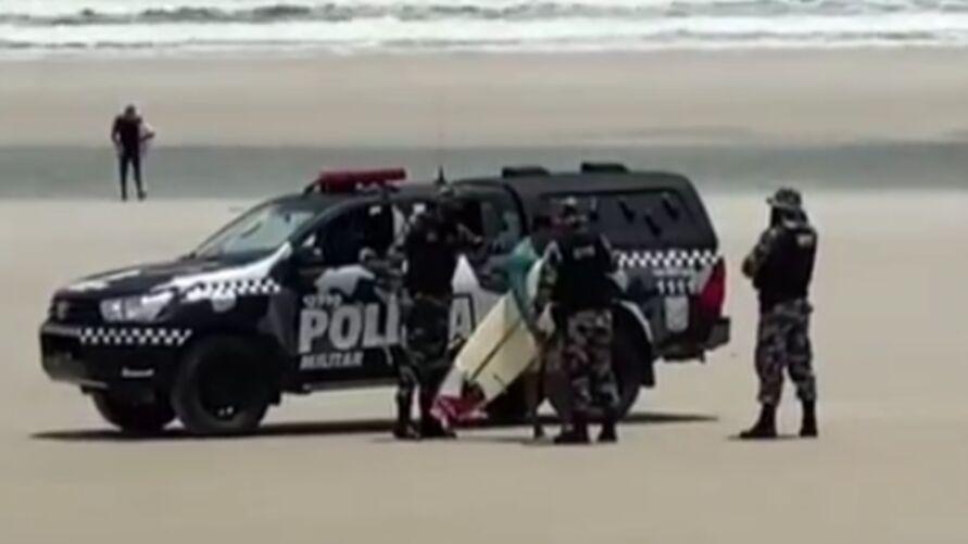 Imagem ilustrativa da notícia: Surfista tem prancha retida por policiais em Salinópolis por descumprir medida restritiva. Veja!