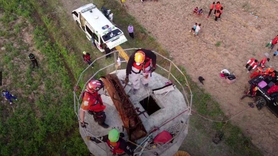 Um vídeo mostra o momento em que a equipe consegue resgatar o homem