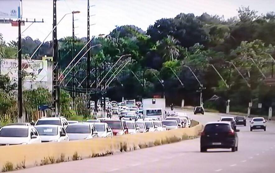 O tráfego na área segue bastante lento devido o acidente.