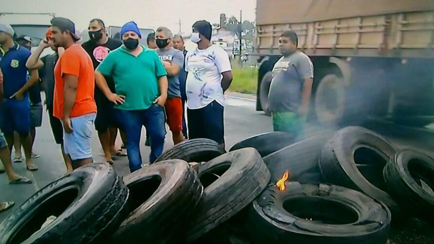Na BR-316, pneus queimados são usados como barricadas