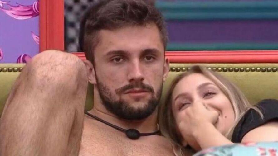 Carla insiste em manter uma relação com Arthur.