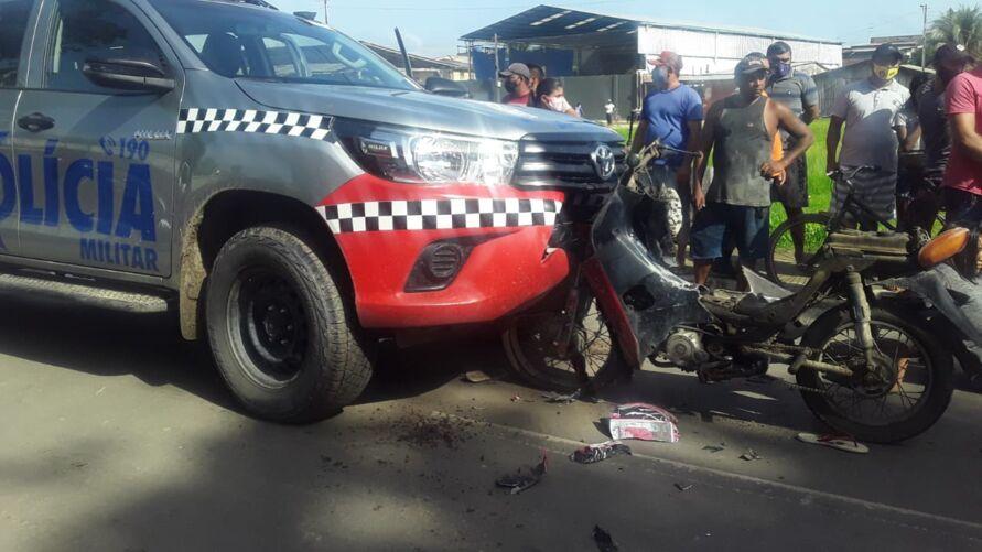 O veículo da PM teve danos no para-choque