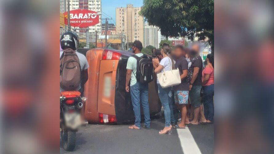 Pedestres ajudaram a mulher.