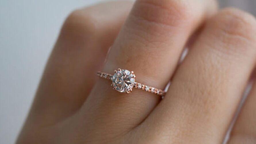Imagem ilustrativa da notícia: Homem rouba anel da namorada para pedir amante em casamento