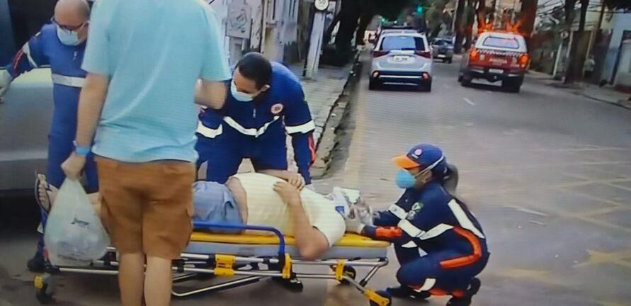 Motorista sendo resgatado por socorristas do Samu