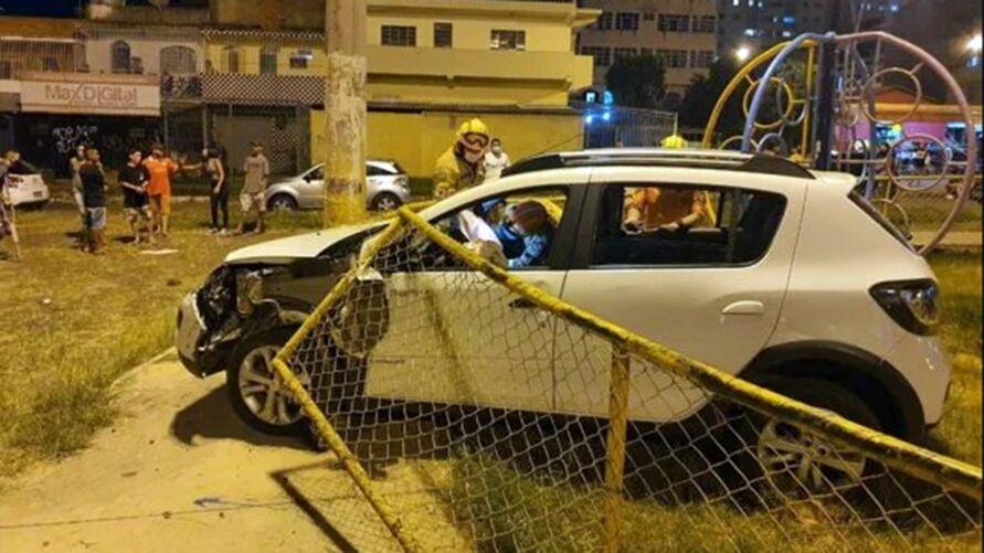 Imagem ilustrativa da notícia: Carro invade parque infantil, mas não atinge crianças