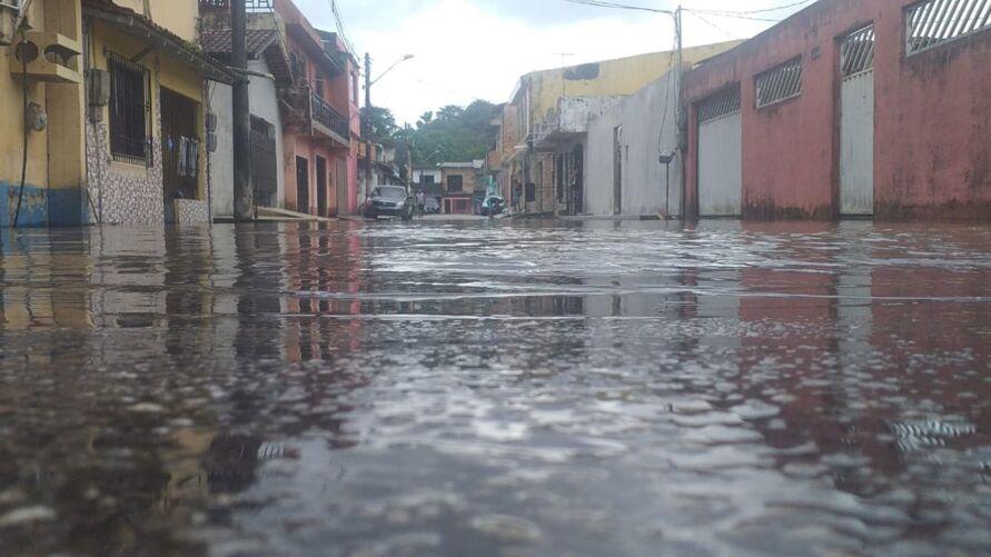 Vários locais da cidade já sentem os impactos da maré alta