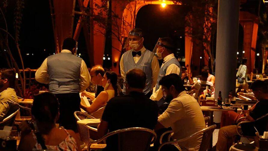 Bares estão proibidos. Já restaurantes poderão funcionar até às 18h.
