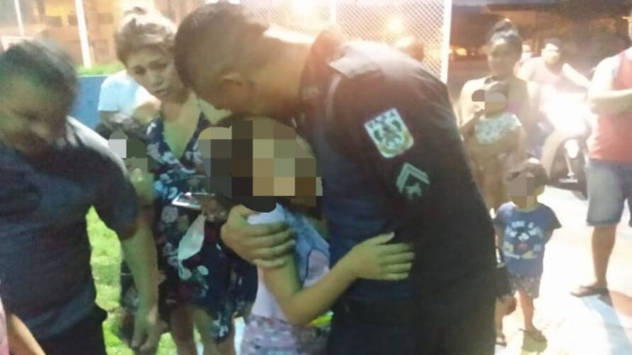 O grupo de policiais foi cumprimentado por populares após o salvamento