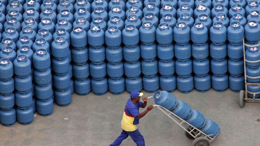 Imagem ilustrativa da notícia: Governo Federal zera imposto para diesel e gás de cozinha