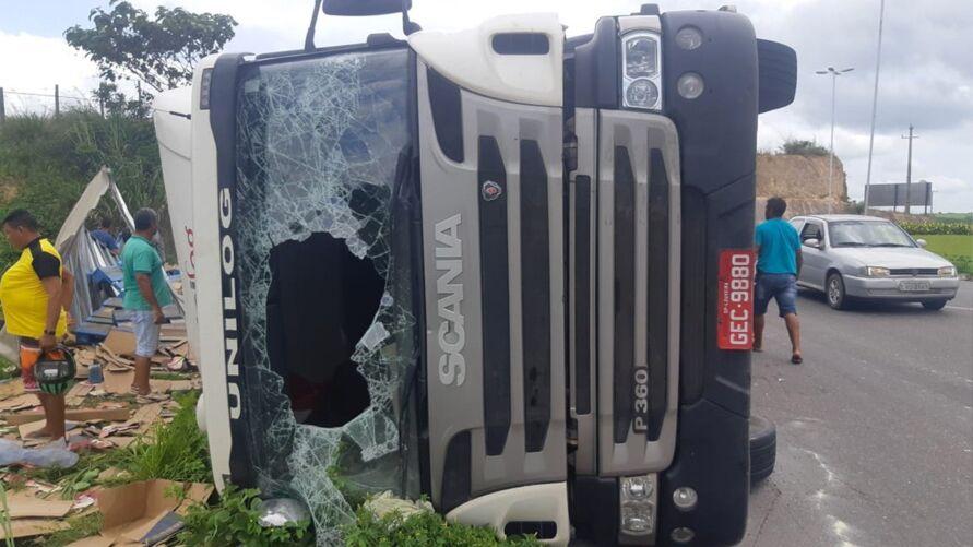 Imagem ilustrativa da notícia: Carreta tomba e mercadoria é saqueada no Pará