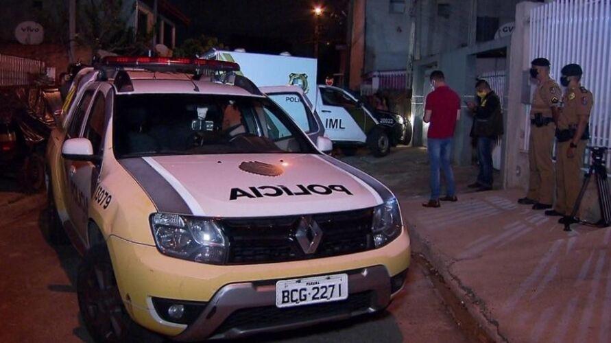 Polícia em frente a residência em que ocorreu o crime.
