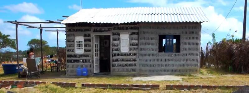 A casa foi construída com 4.298 garrafas de vidro retiradas do lixo