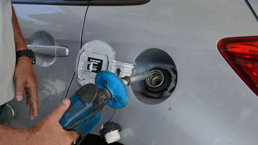 Imagem ilustrativa da notícia: Com quatro reajustes da Petrobras em dois meses, preço do combustível dispara e afeta população e economia